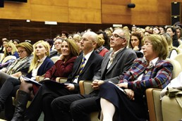 Konferenzsaal mit Ärzten, Psychologen, Lehrern, Theaterpädagogen und Bildungspolitikern