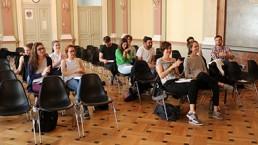 Sitzende Teilnehmer am Workshop für mehr Bühnenpräsenz