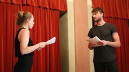 HfG Studenten im Workshop für Bühnenpräsenz